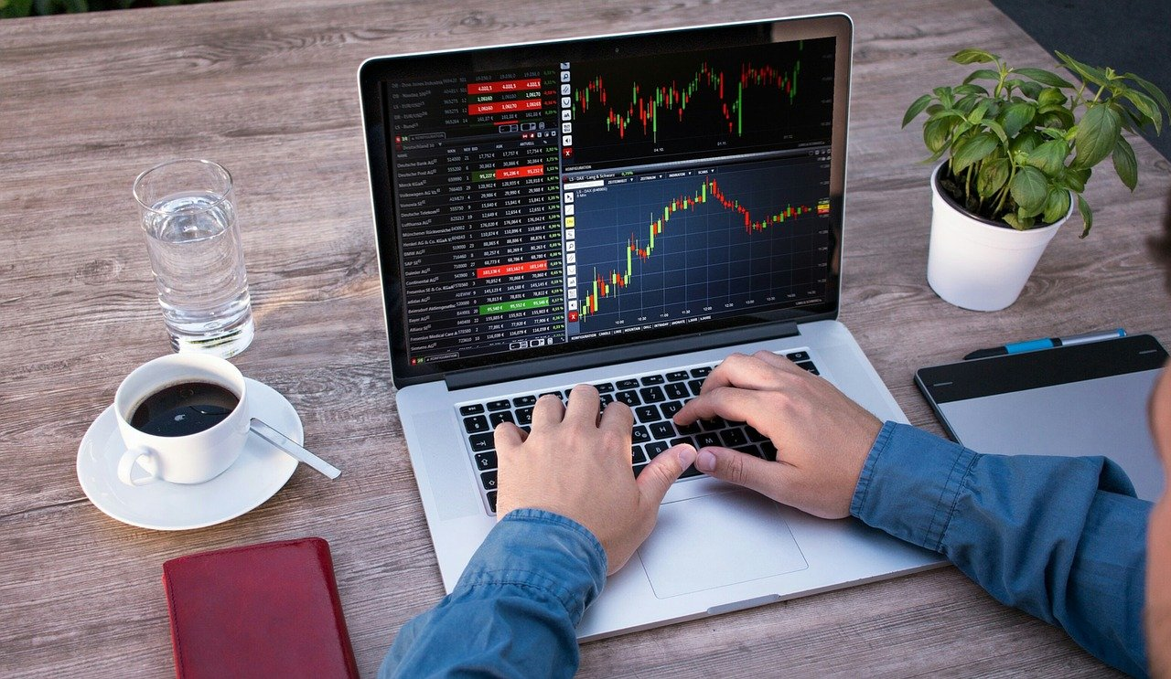 trading_on_laptop_forex_broker_scam
